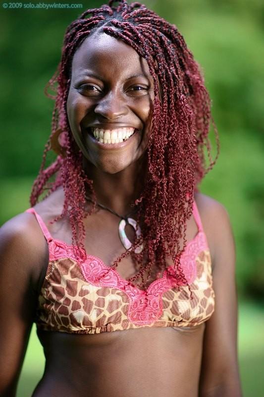 Африканка разделась в чрезвычайно красивом парке