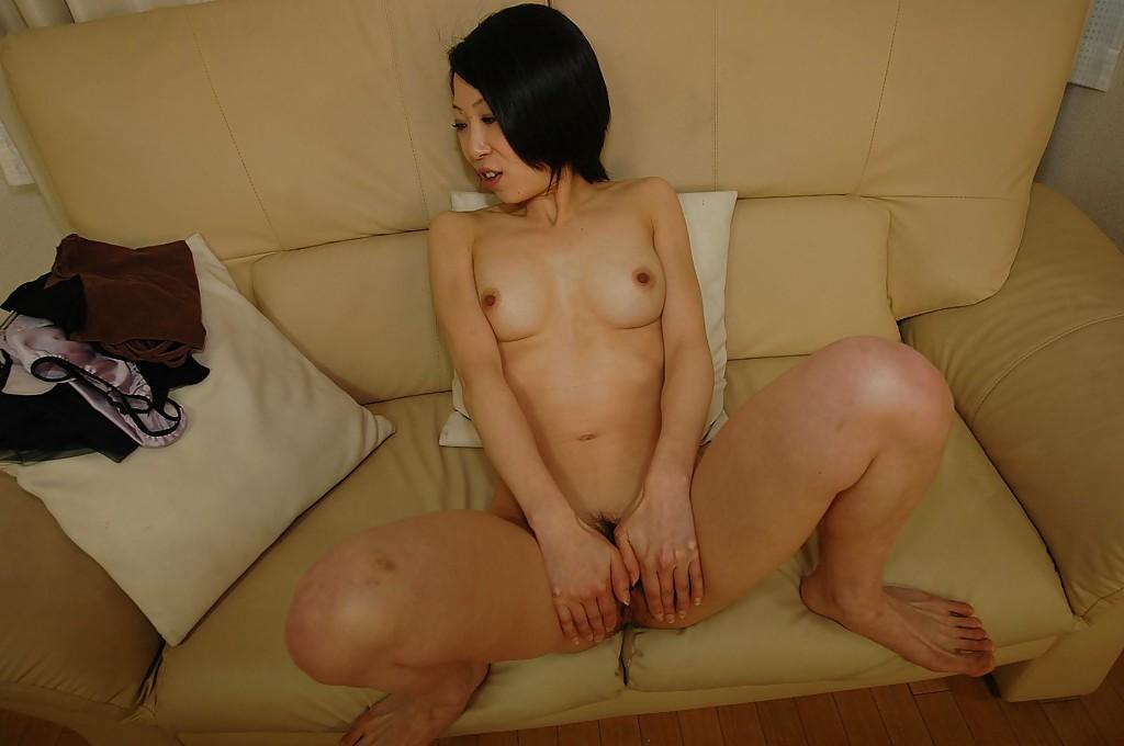 Азиатская тётка мастурбирует на козетке