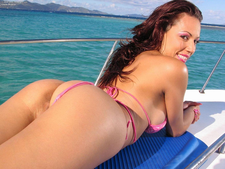 Сиськастая соблазнительная Layla Rivera снимает свое бикини и скачет на искуственном члене в лодке