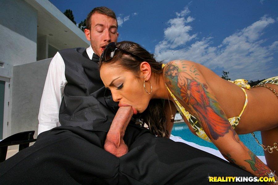 Пышногрудая милашка Angelina Valentine в бикини кончает после интима недалеко от бассейна
