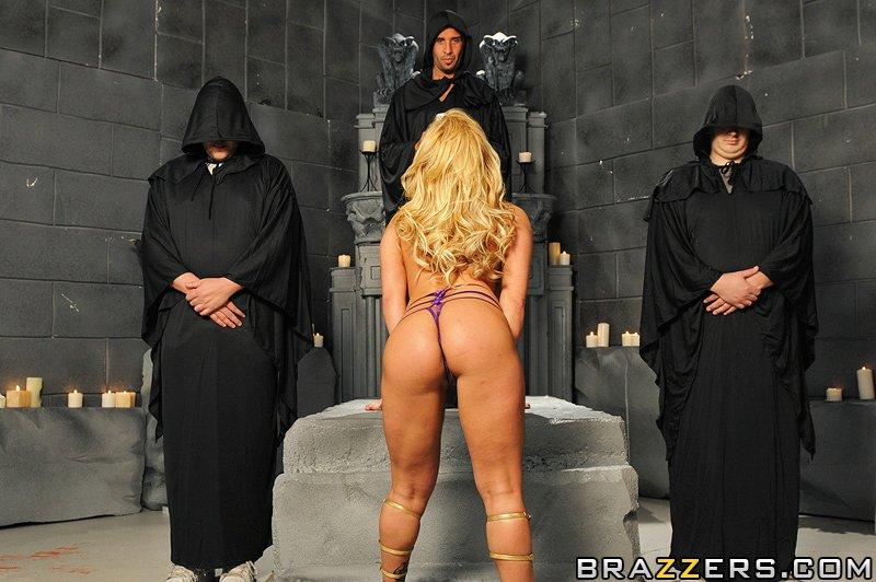 Грудастая блондиночка Shyla Stylez подставила свою задницу под шлепки и хер парню в черно-белом