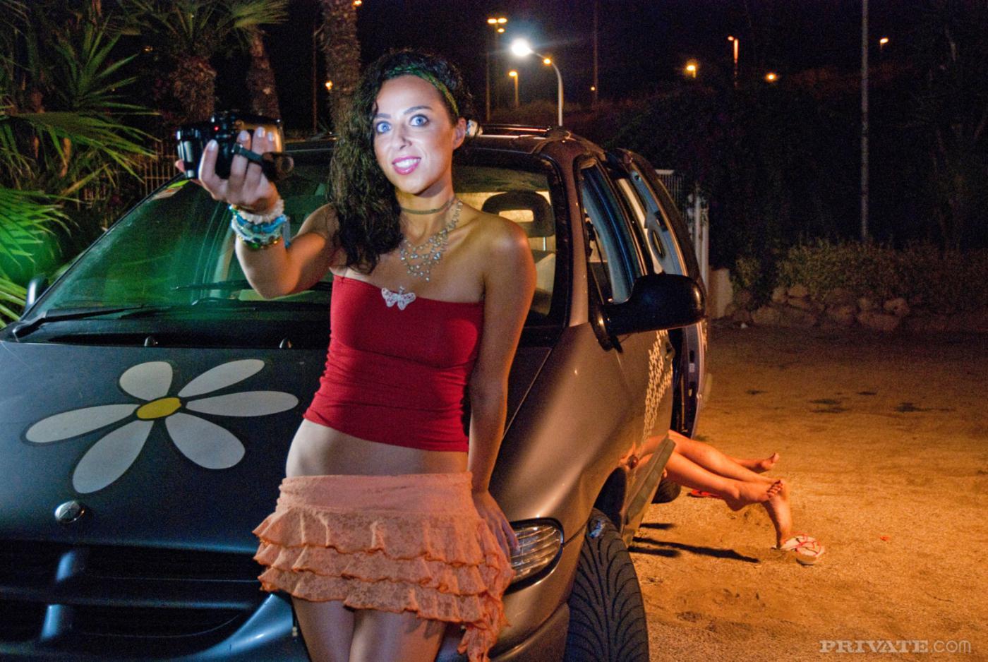 Блонди с соблазнтельным туловищем Sylvia Diamond дала отжарить свою бритую письку прямо в авто