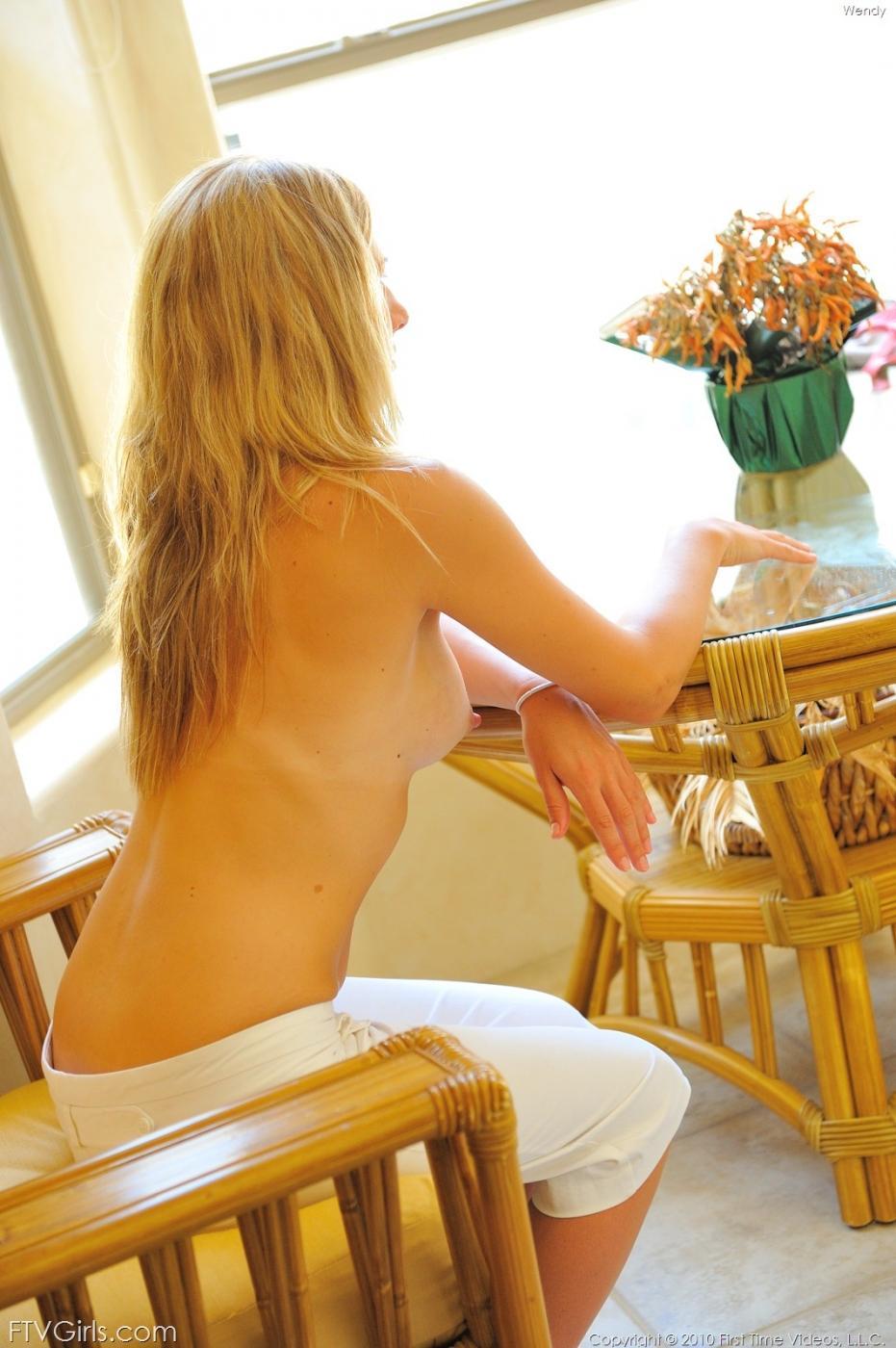 Хрупкая модель со свелыми волосами Wendy FTV теребит свою грудь и вульву
