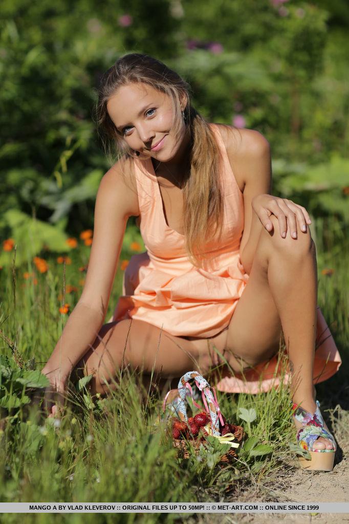 20-летняя красотка показала свои сиськи в лесу