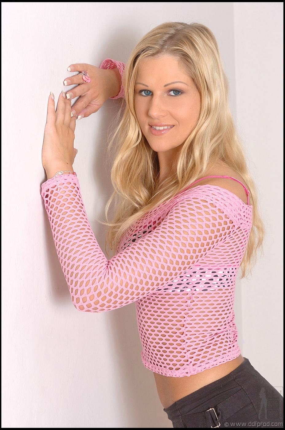 Вульгарная блондинка Sandra De Marco стаскивает свою сетчатую блузку и узкую юбке, а затем снимается голой