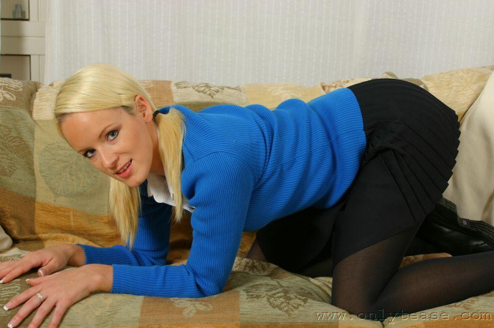 Блондинка-студентка с хвостиками и невероятно сексуальной грудью Jaimie Onlytease становится ню