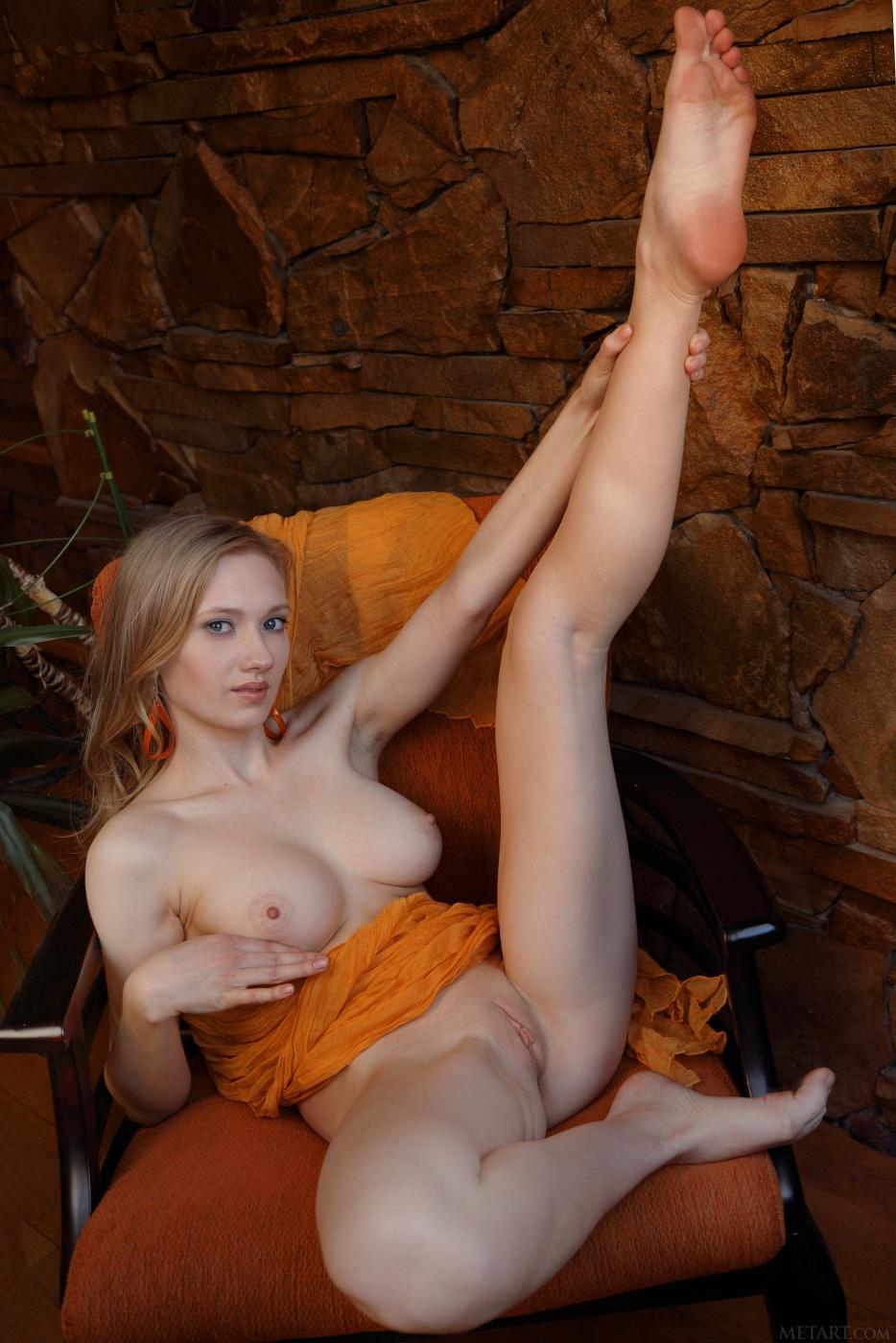 Сексуальная блондинка Lorna A обнажает свою восхитительную бритую дырочку крупным планом