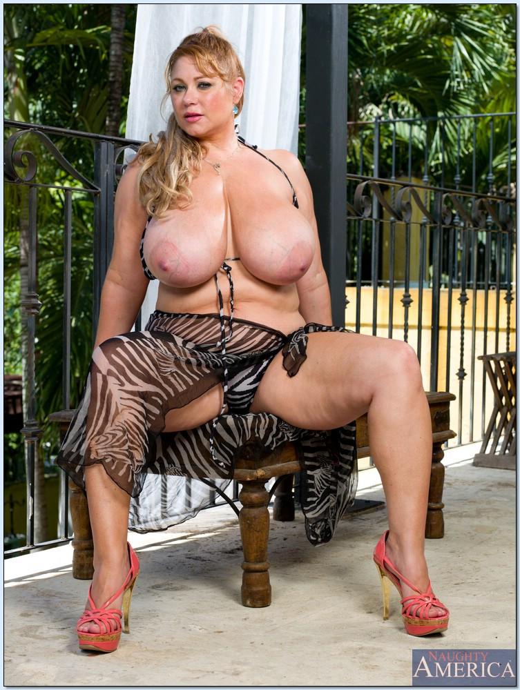 Жирная бабка показала большую грудь на балконе под пальмами