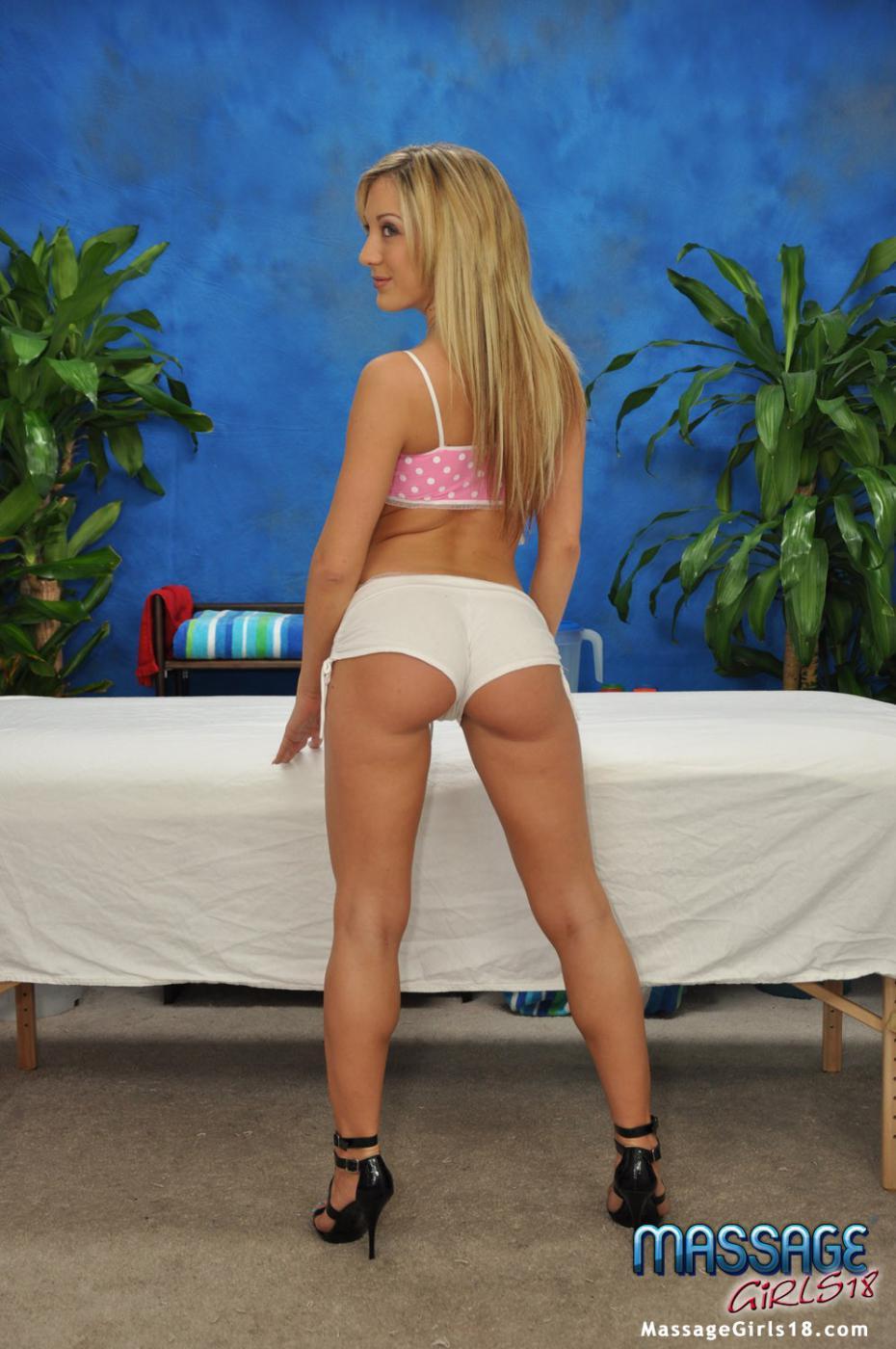 Блондиночка с красивой попкой и чистенькой мандой Amy Brooke делает массаж и скачет на члене