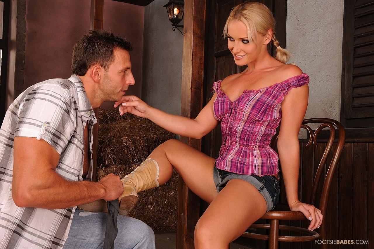 Модель со свелыми волосами в сапожках Kathia Nobili снимает трусы полностью и ебется дядей в джинсах