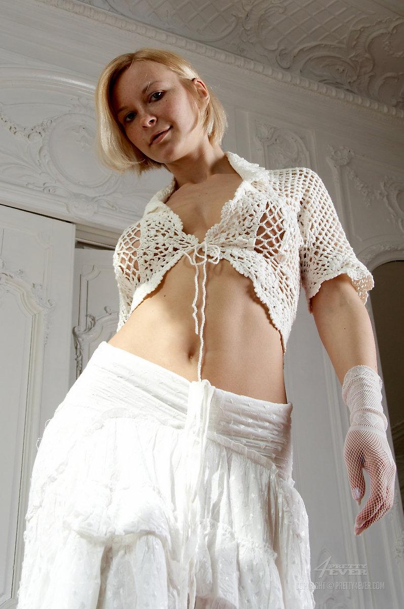 Юная блондиночка Marika обнажает свою возбуждающую вагину из-под юбки