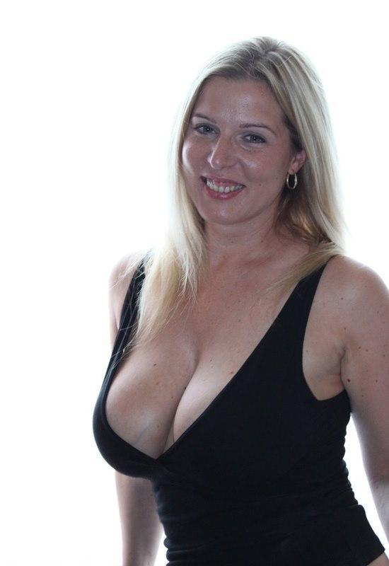 Стильная блондинка искушает гигантскими сиськами