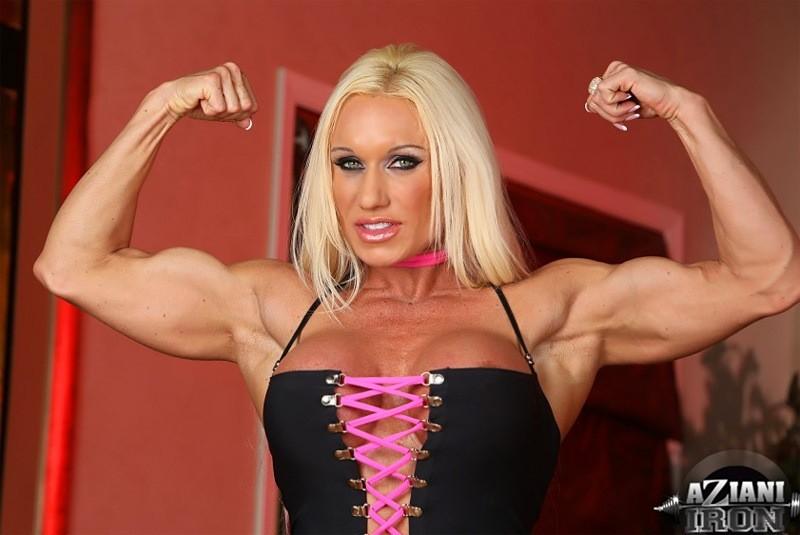 Накаченная модель со свелыми волосами показывает мышцы и вульву крупно