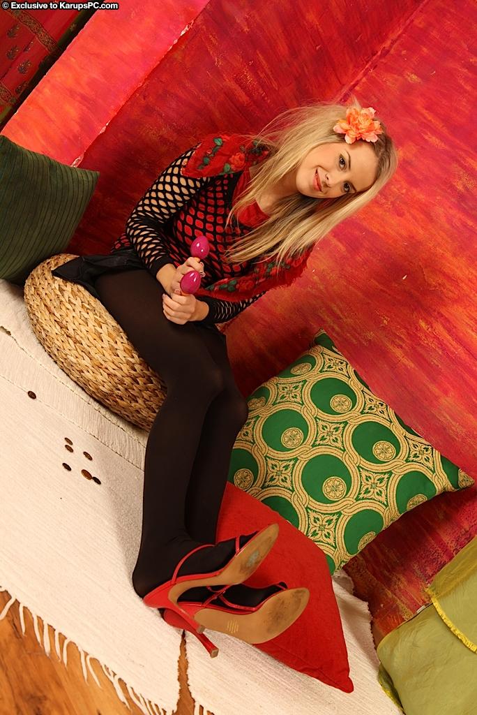 Блондиночка с цветочком в волосах Petra Gopik бесстыже демонстрирует ухоженную пилотку и очко