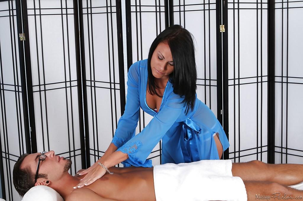 30-летняя массажиста взяла в рот у молодого ботана