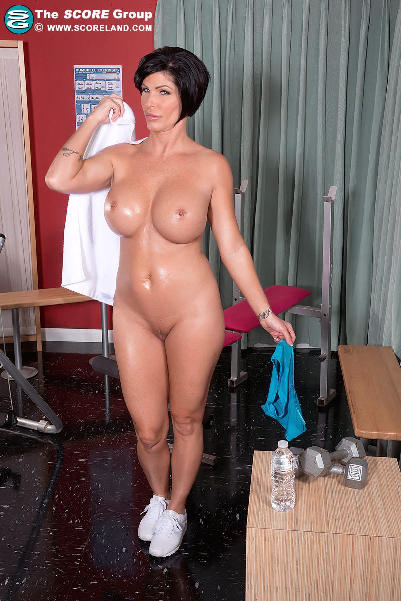 Накаченная тёлка обнажает, как она занимается спортом вся в масле и бахвалится накаченные формы