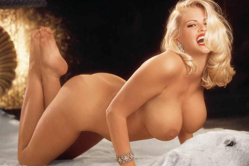 Нагая блондинка с огромными сиськами