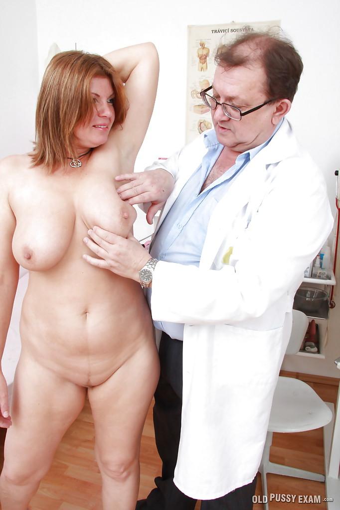Мамашка с большими сиськами оголилась у гинеколога