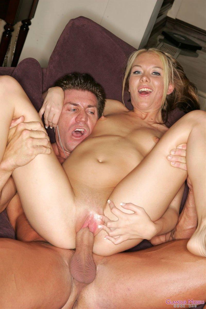 Грудастая няшка с хорошими ножками Jeanie Marie Sullivan дает мускулистому самцу жестоко отжарить свою киску