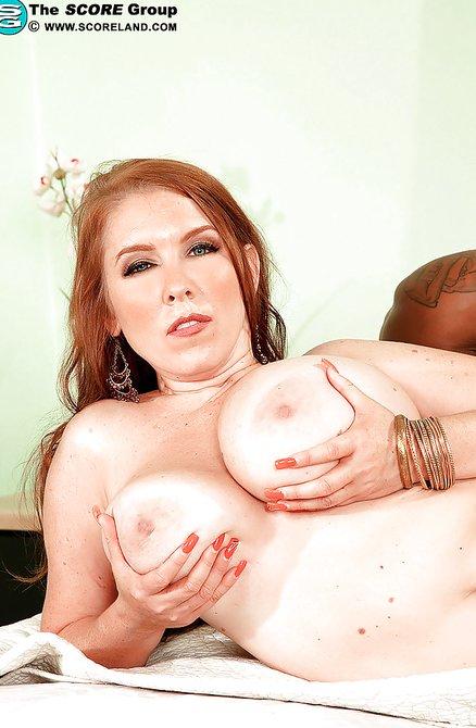 Белая толстуха изменила супругу с негром в постели