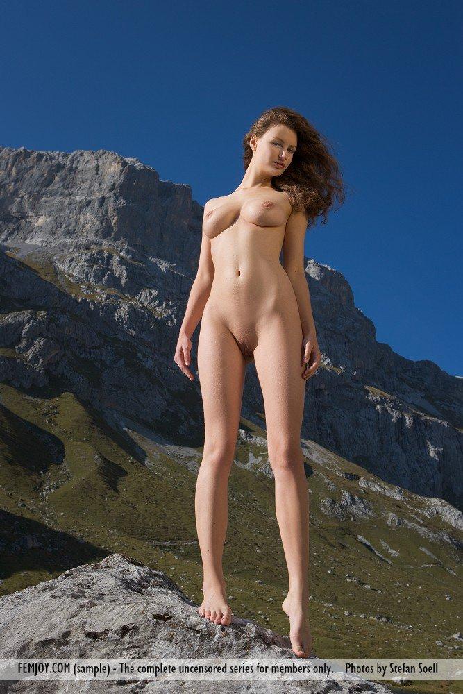 Грудастая барышня Susann Femjoy чувствует ветерок голым торсом на пике горы