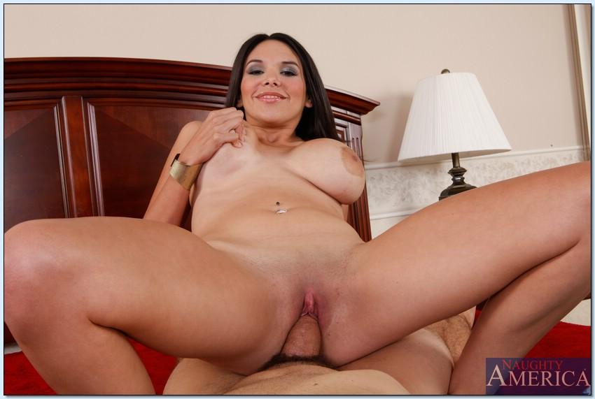 Великолепная особа женского пола Missy Martinez скачет на пенисе