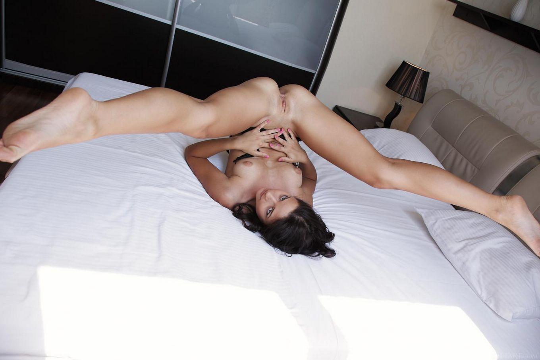 Роковая брюнеточка в кружевных подвязках Ardelia A сексуально фоткается, дразня писькой и грудью