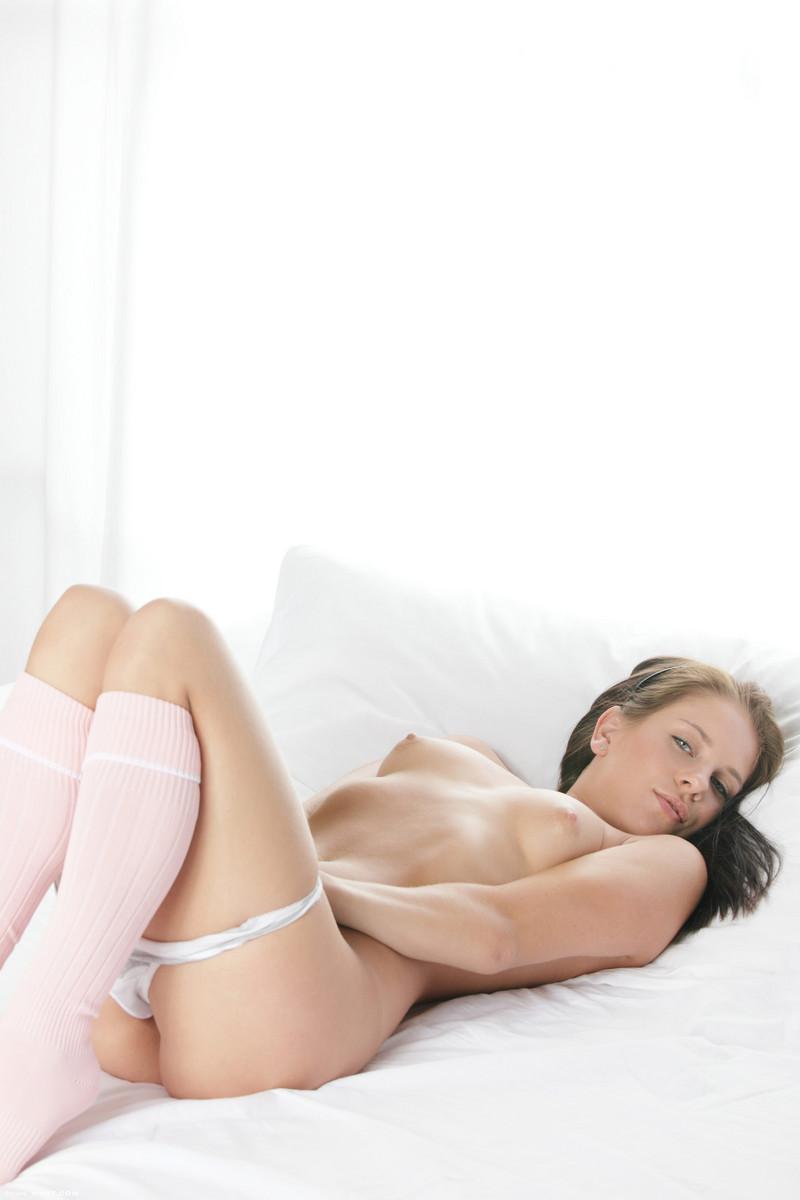 Брюнетка-милашка Leony April показывает свою ??розовую дырку перед тем