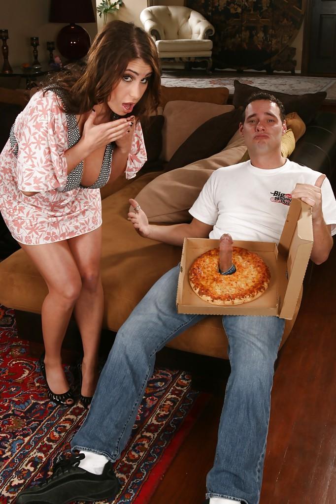Уборщица заказывала пиццу, а получила болт в рот и в промежность