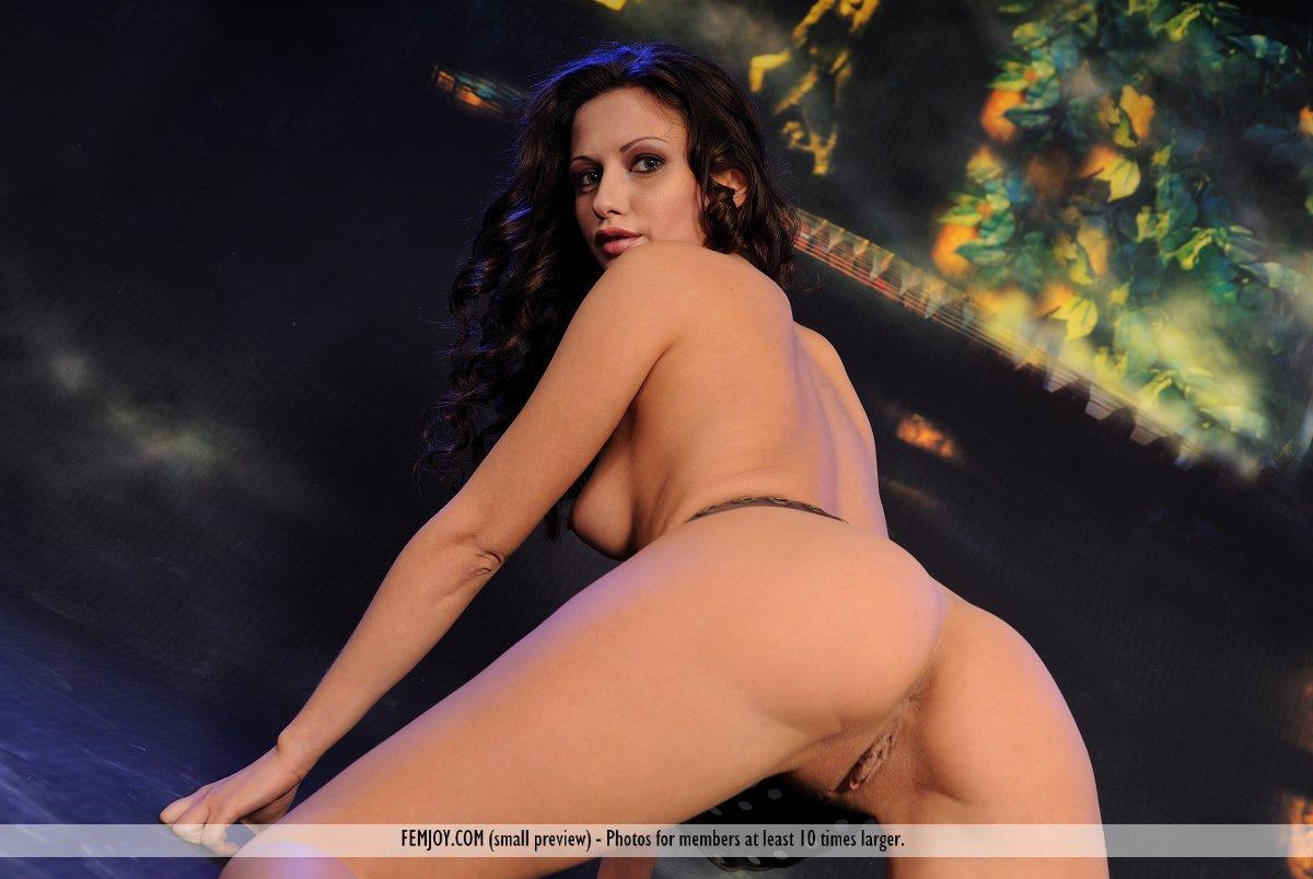 Шатенка Kim Femjoy приближается к камере чтобы продемонстрировать свою вагину