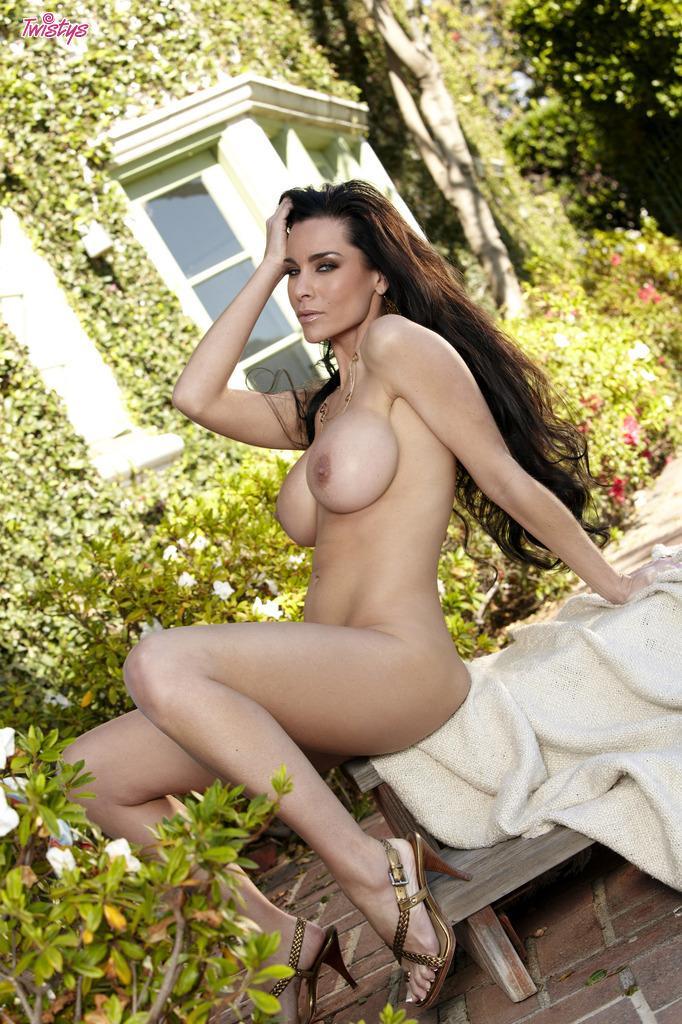 У опытной брюнетки Laura Lee все прекрасно - и пилотка, и грудь крупная