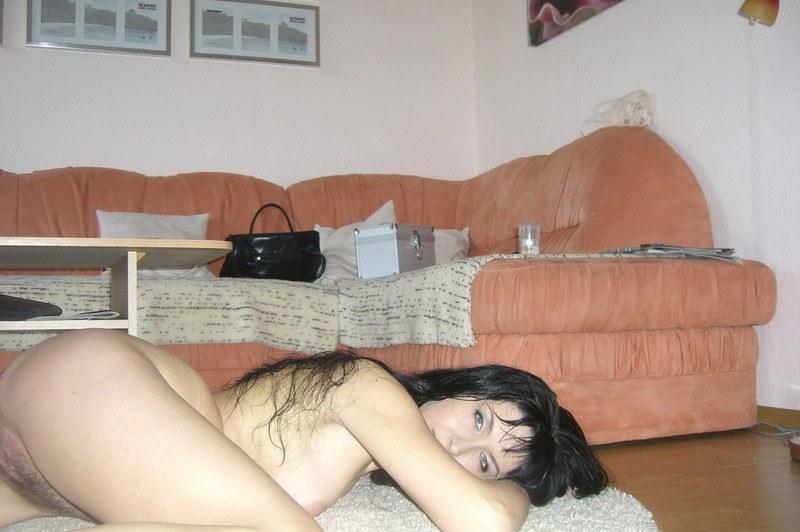 Возбужденная русая порноактрисса  показывает себя мужу