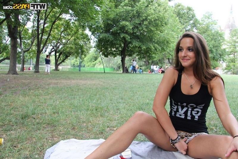 Amirah Adara дала юнцу в общественном парке