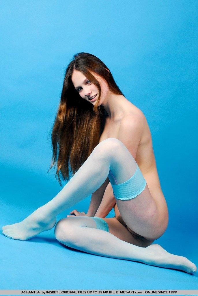 Тощая длинноволосая брюнетка-подросток Ekaterina Nubiles в голубых гетрах демонстрирует свое гибкое тело