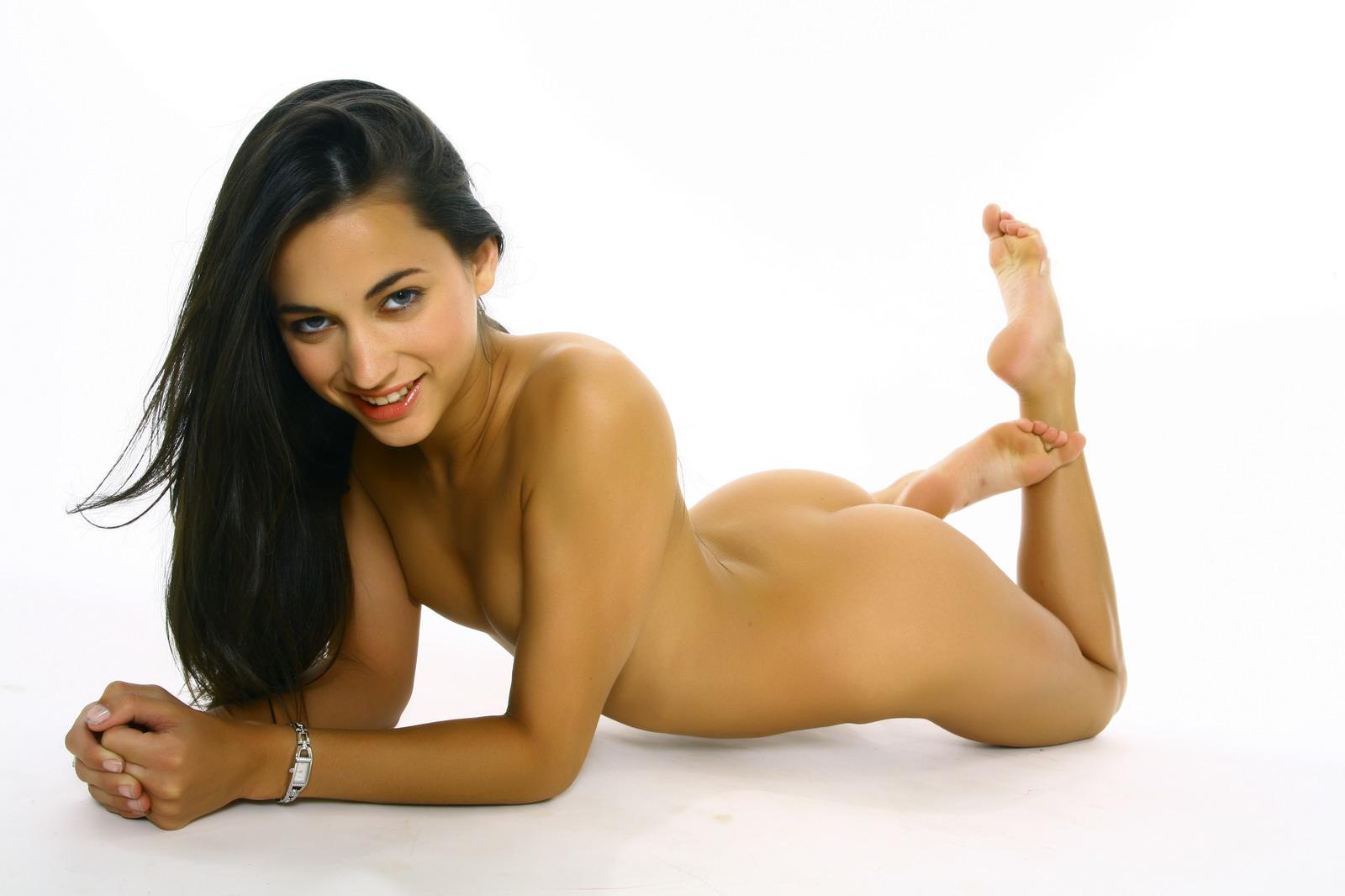 Великолепная брюнетка-подросток Georgia Jones возбуждающе двигается в этой эротической фотосессии