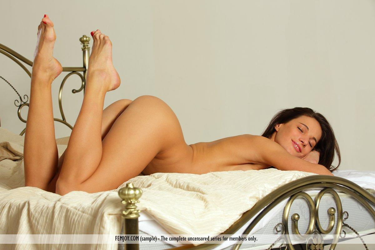 Брюнетка-сексбомба Milla Yul показывает выбритую крутую пизду на этих эротичных кадрах