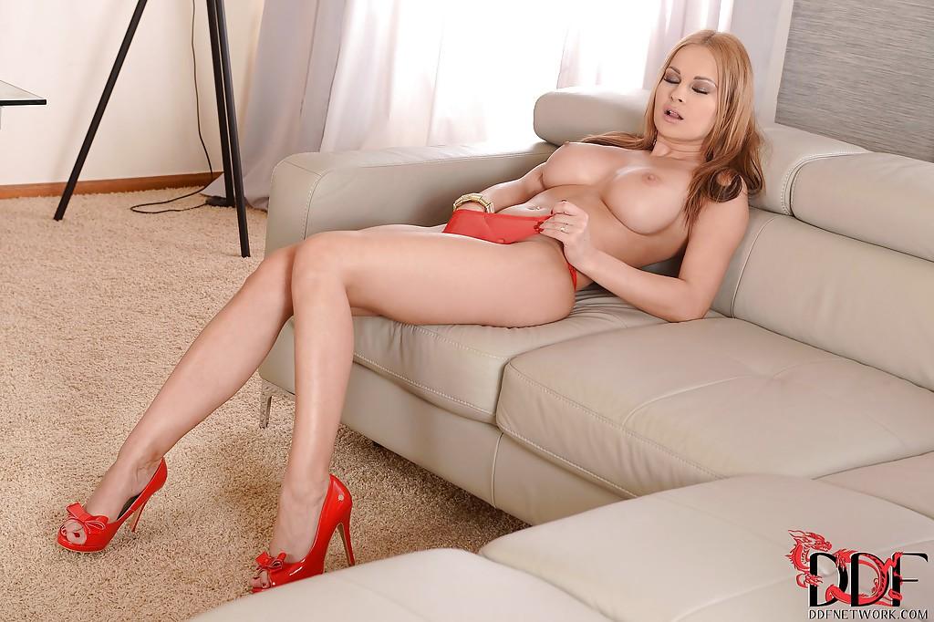 Порно актриса Abbie Cat готовится к половому акту