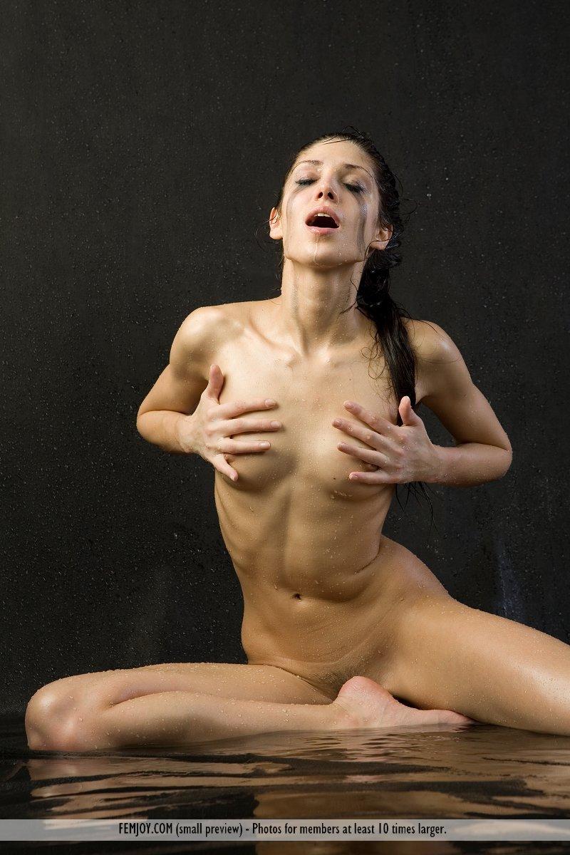 Волнующая русая порноактрисса Julia D откровенно трет руками свое гладкое голые сиськи
