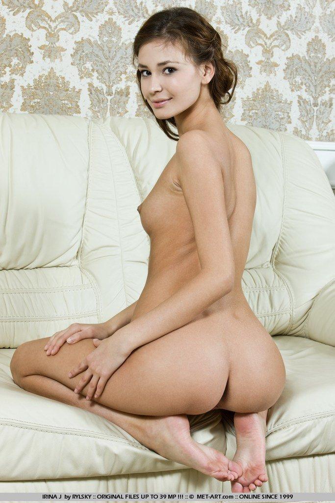 Клевая роскошная брюнетка Irina J спускает бикини и знойно позирует полностью раздетой на софе