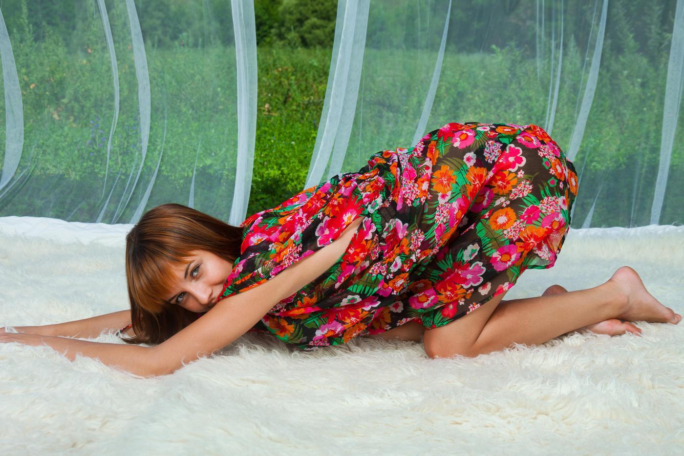 Восхитительная брюнетка Monika G снимает свое цветастое платье и показывает бритую дыру