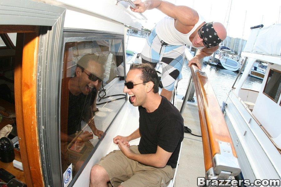 Мужчина прокатил трех баб на яхте
