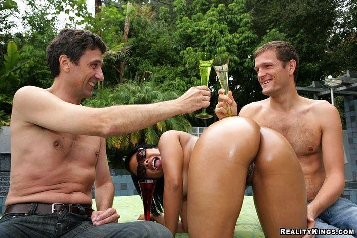 Роскошные самки так и ждут когда им вонзят писюнец в разогретые до предела пезды в свингерском сексе