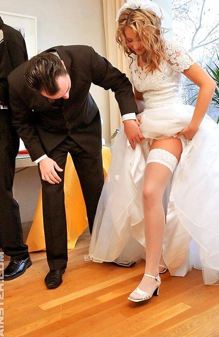 Страстную невесту выебали друзья мужа и обоссала барышня