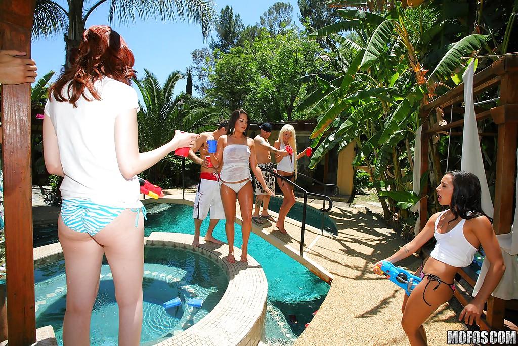 Модели захотели оргию на вечеринке у бассейна