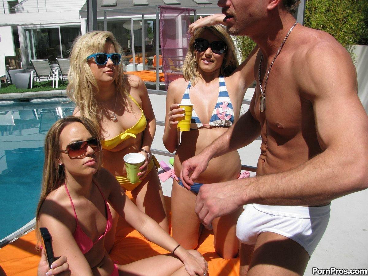Три давалки развлекают мужчину в бассейне