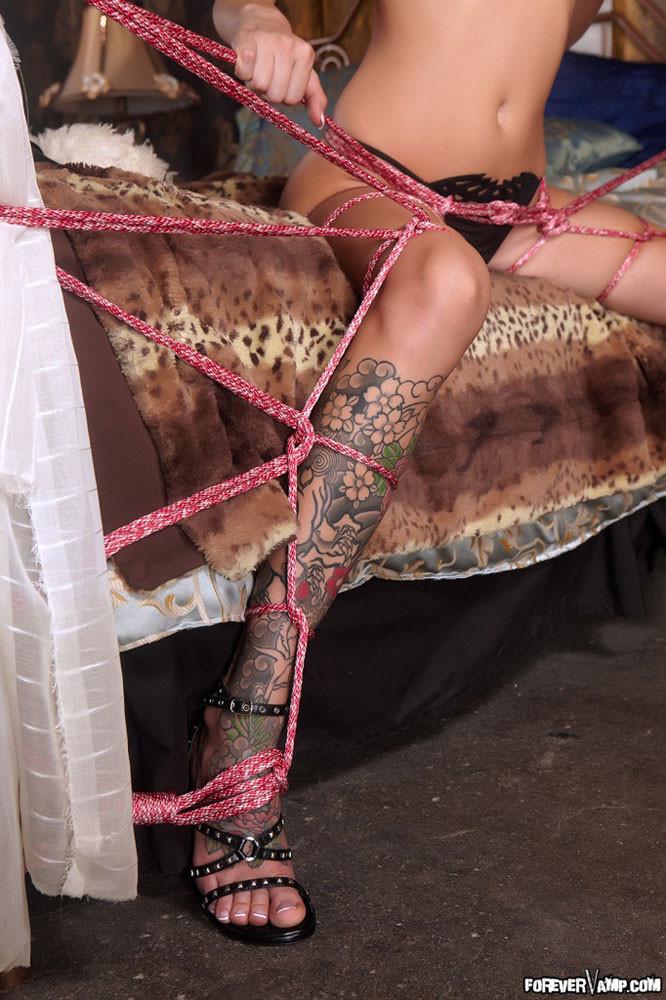 Очень симпатичная нагая светлая модель с татуировками