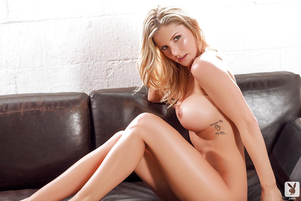 Сисястая блондинка обнажается в гостиной на камеру
