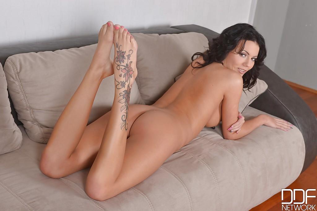Vanessa Decker выставляет напоказ татуированные ножки на диванчике секс-фото