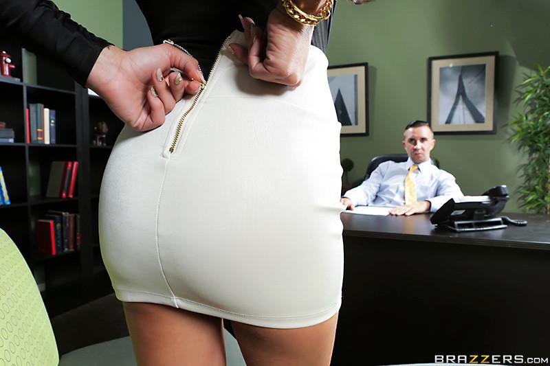 Жаклин Тейлор чертовски устала в кабинете, поэтому хочет трахнуться с секретуткой для расслабления