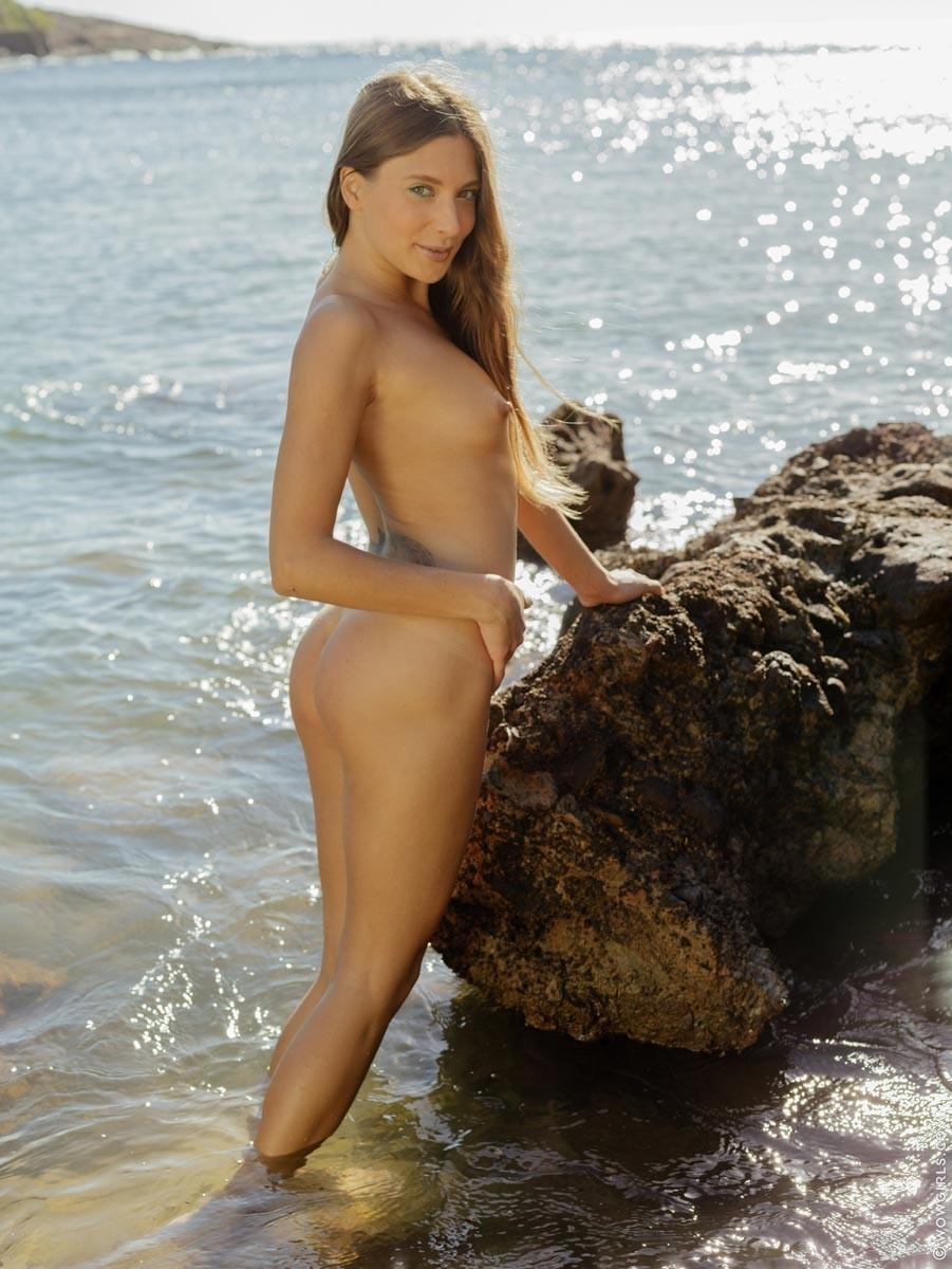 Талия Минт обнажает обалденное тело, оставаясь наедине с морскими волнами и солнцем